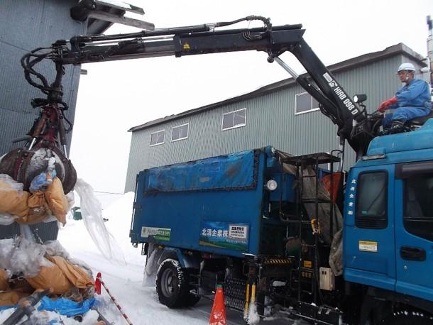 多量な廃棄物、重量物をクレーンで掴み取るクラム車両