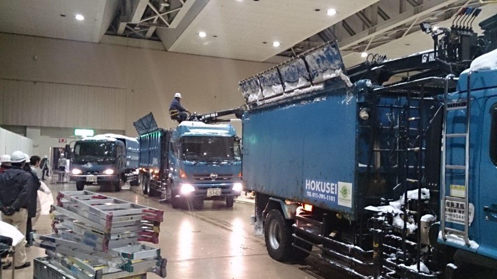 札幌市内の催事場にてイベント後の大量廃棄対応時の作業風景
